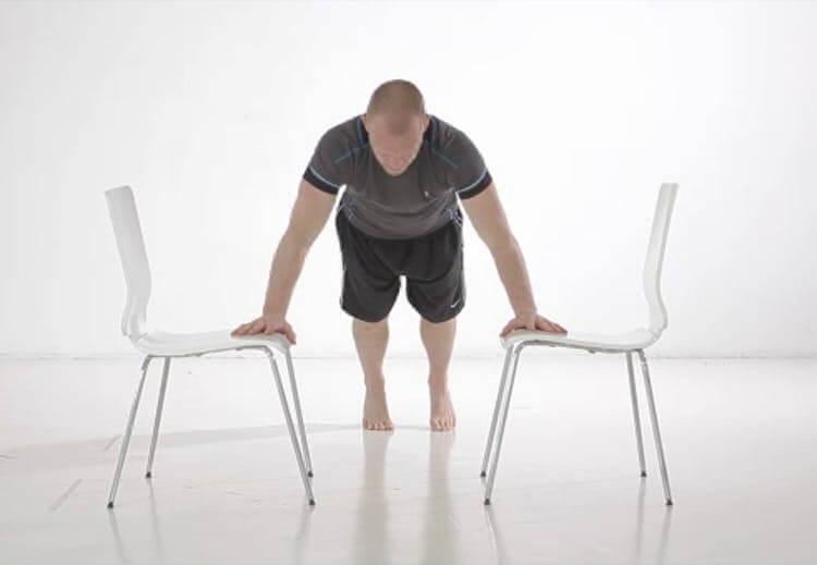 Armstrækninger på stole med personlig træner Mikio